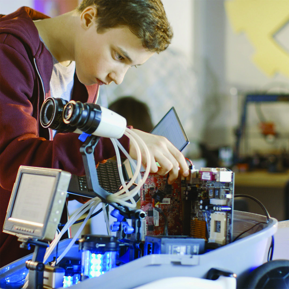 digital teen: un ragazzo alle prese con la formazione digital